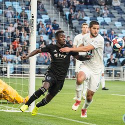Eric Miller fights off Gerso Fernandez during Minnesota United's 4-1 win over Sporting Kansas City in the US Open Cup