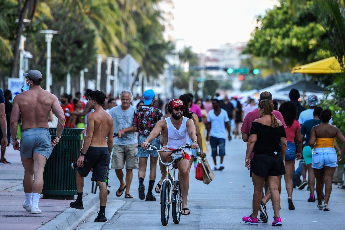 maskeleri olmadan Florida'da yürüyen insan kalabalıkları, tüm