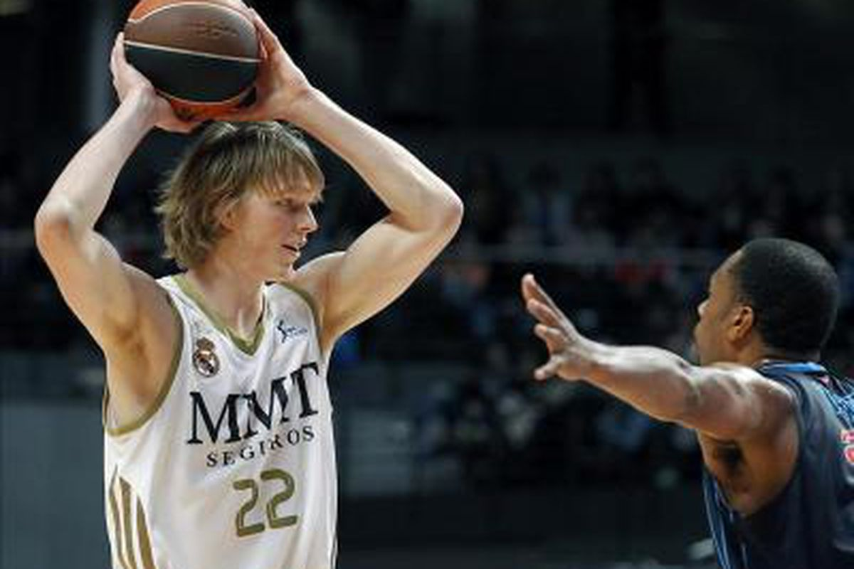 Kyle Singler is close to finishing his rookie season playing in Spain and the Detroit Pistons draftee will have some decisions to make about his basketball future. Will the allure of staying overseas prevent his jump to the Pistons and summer league?