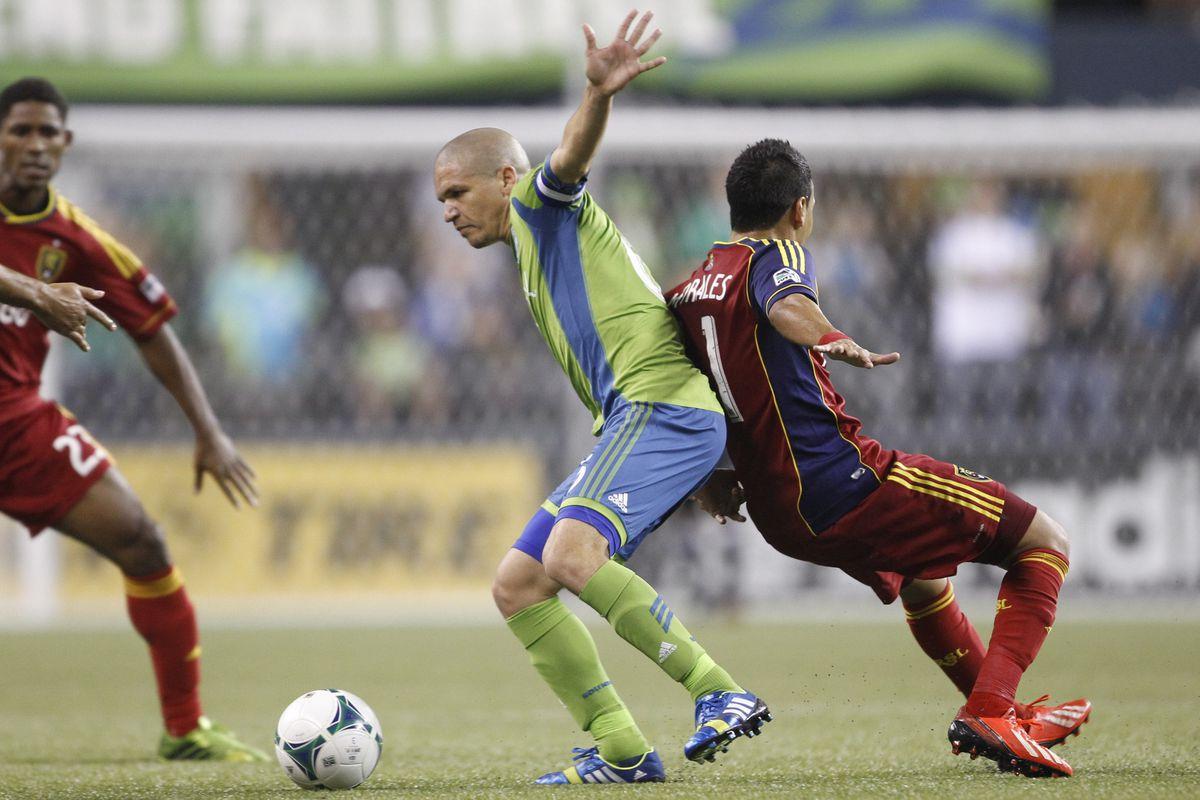 Osvaldo Alonso battles against Real Salt Lake