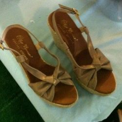 The canvas wedges that come in grey and brown, also.