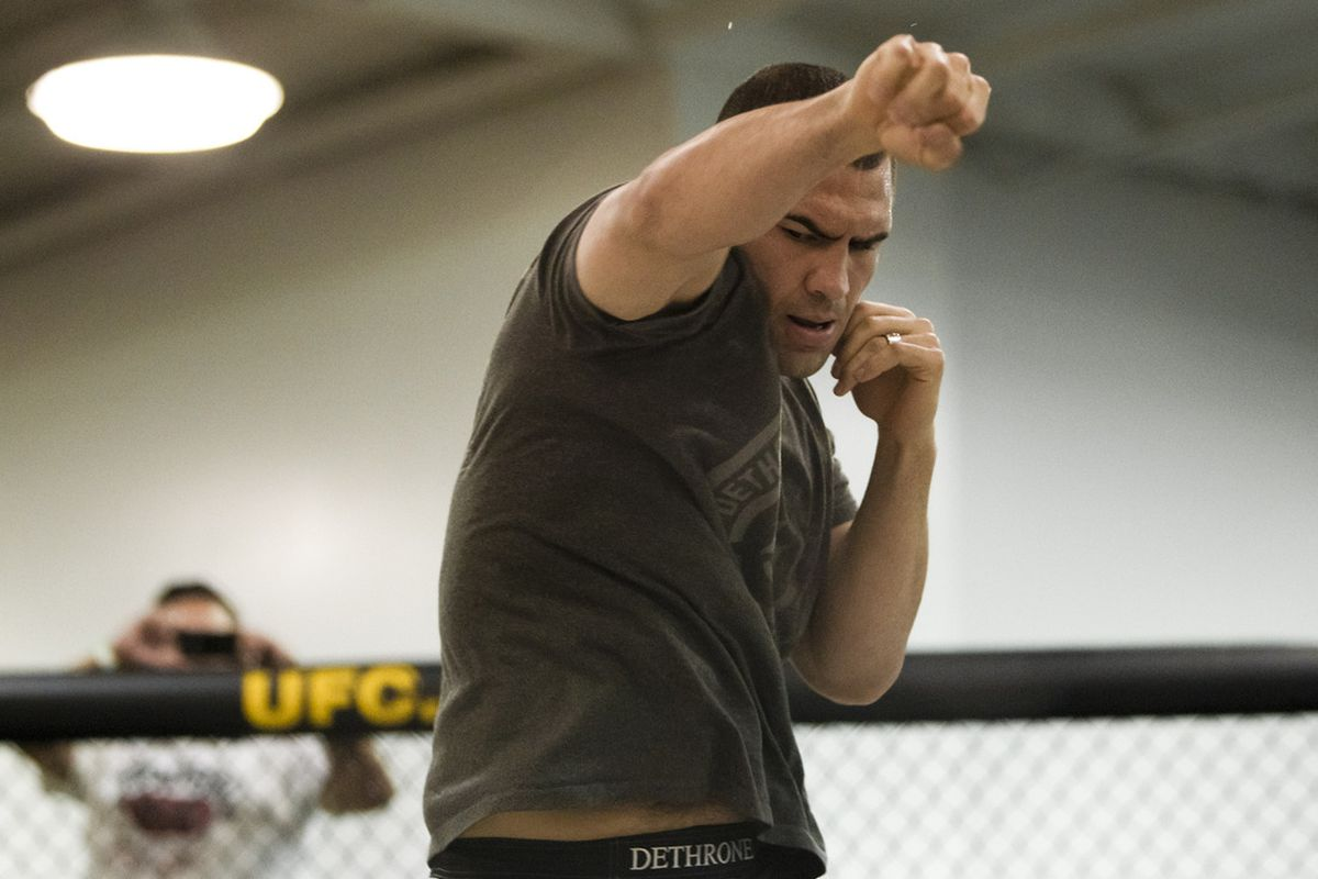 Cain Velasquez trains at the UFC on Fox open workouts. (Photo by Esther Lin via MMAFighting.com)