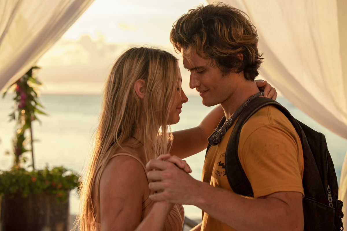 MADELYN CLINE as SARAH CAMERON and CHASE STOKES as JOHN B in episode 201 of OUTER BANKS