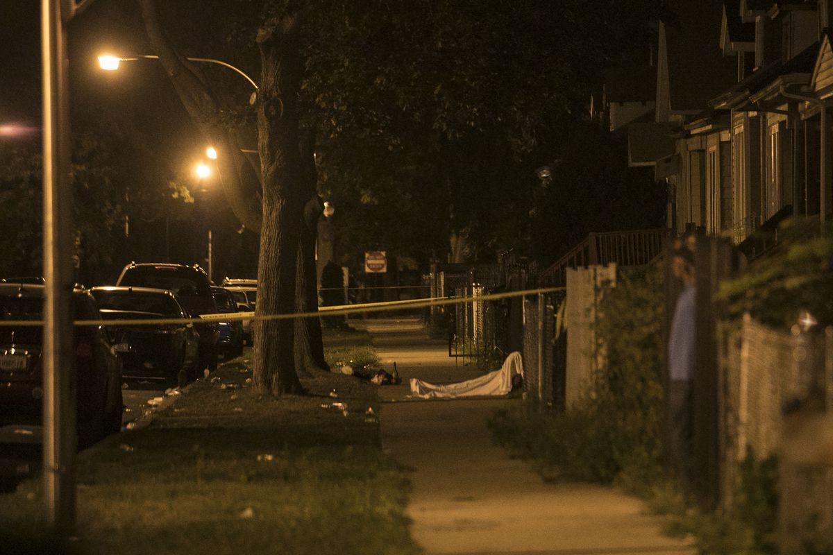 Chicago Police investigate in the 6600 block of South Oakley, where a 28-year-old man was shot to death early Tuesday, Sept. 26, 2017. | Ashlee Rezin/Sun-Times
