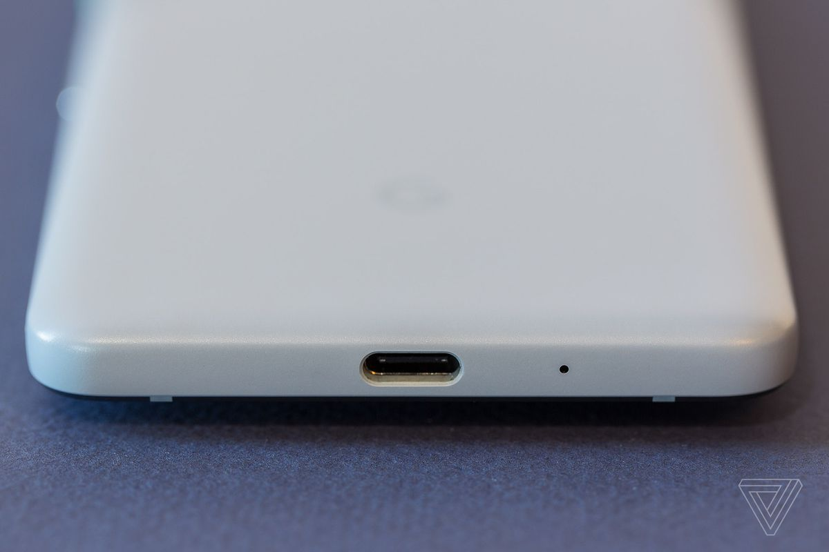 There's still no easy way to simultaneously charge and listen on Android  phones without headphone jacks 2018 sucks