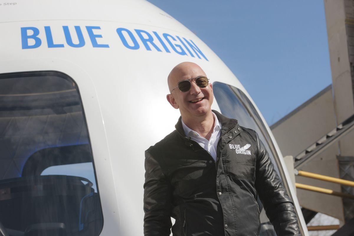 L'amministratore delegato di Amazon Jeff Bezos presenta il nuovo sistema Shepard di Blue Origin