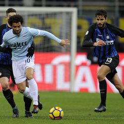 Felipe Anderson of SS Lazio compete for the ball with Roberto Gagliardini of FC Internazionale during the serie A match between FC Internazionale and SS Lazio at Stadio Giuseppe Meazza on December 30, 2017 in Milan, Italy.