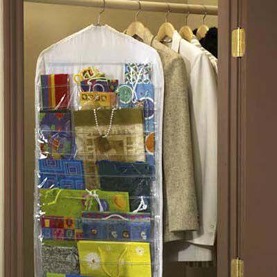 Organizador de pendurar próximo com secções para diferentes tamanhos e tipos de papel de embrulho.