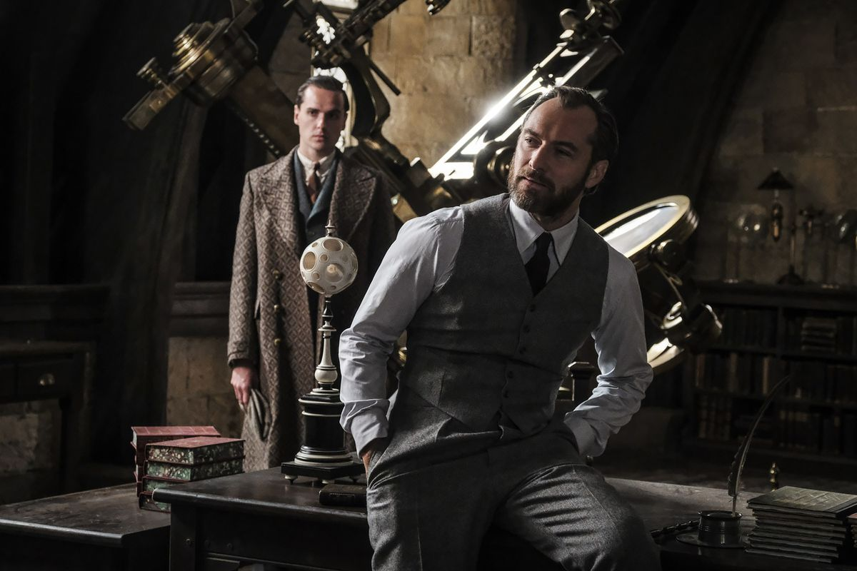 Fantastic Beasts and the Crimes of Grindelwald - Dumbledore sitting on desk