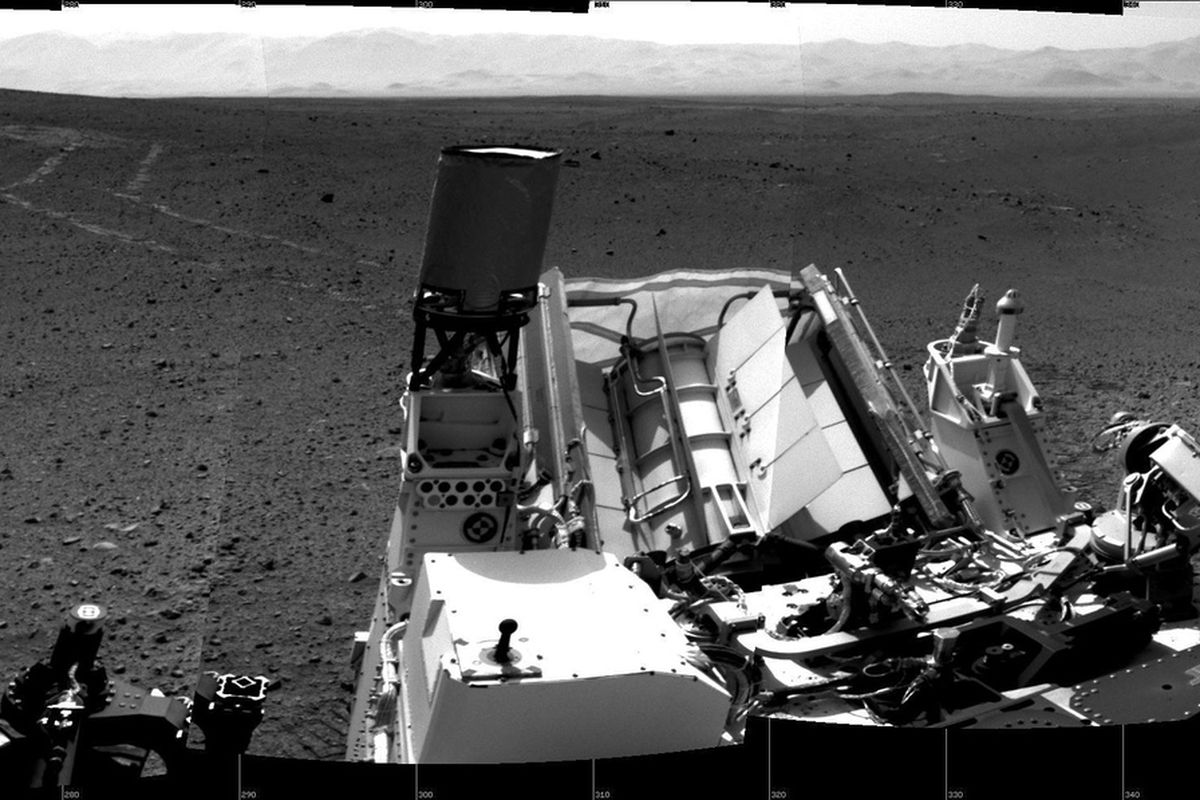 Curiosity captures its tracks