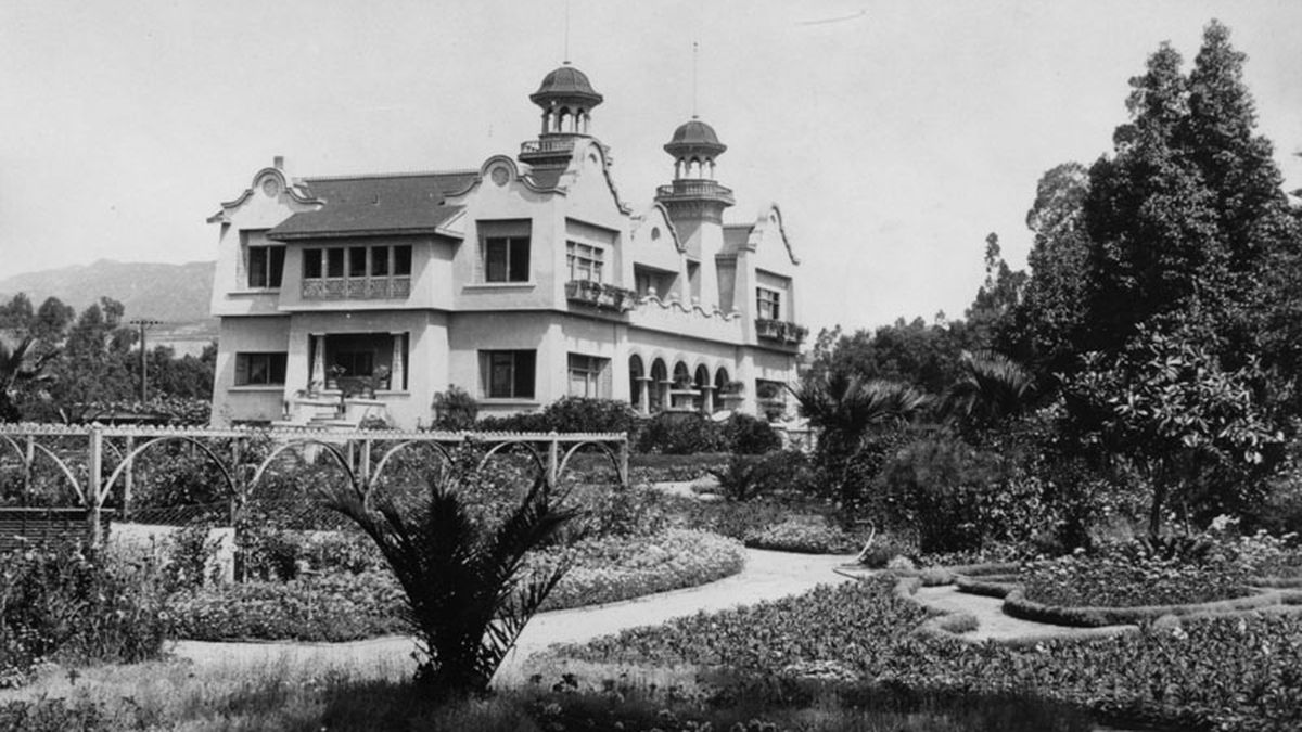 Hollywoods first tourist attraction a rose garden curbed la the flower covered grounds of the de longpre estate were toured by as many as 8000 people every month courtesy of los angeles public library photo mightylinksfo