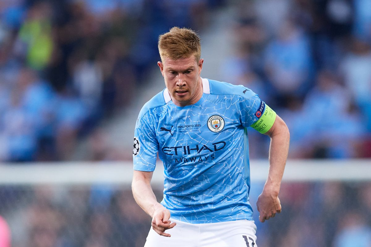 Kevin De Bruyne of Manchester City runs with the ball during the UEFA Champions League Final between Manchester City and Chelsea FC at Estadio do Dragao on May 29, 2021 in Porto, Portugal.