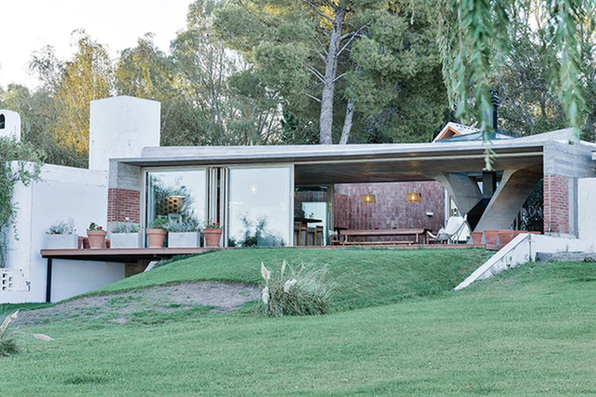 """All photos by Mike Mercau Fotografia via <a href=""""http://www.designboom.com/architecture/ne-ar-one-column-house-argentina-05-26-2015/"""">Designboom</a>"""