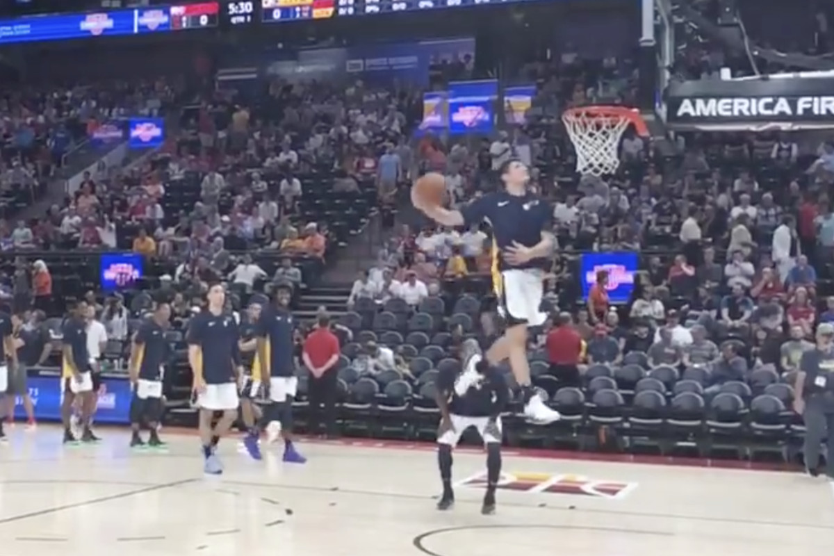 Grayson Allen puts on a dunk show during pregame at Utah ...