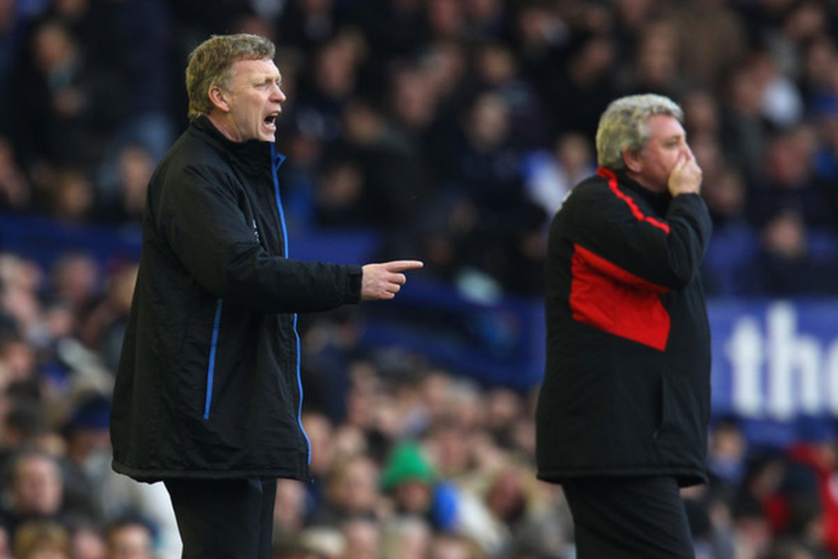 David Moyes points out the manager Arsenal will face tomorrow (sorry; there were no pictures from the last Sunderland-Arsenal match available).