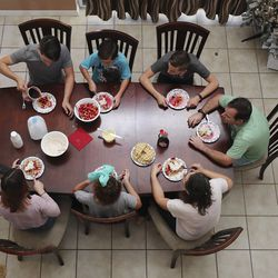 Tom and Heather Wakefield eat breakfast with their children — Taylor, Kelsie, Adam, Xande and Lincoln — at their home in Kissimmee, Fla., on Monday Dec 21, 2020.