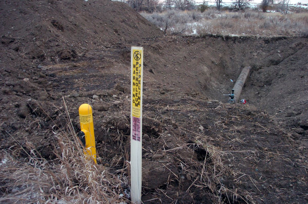 <small><strong>A warning sign shows the location of a 12-inch oil pipeline owned by Bridger Pipeline Co. that spilled up to 50,000 gallons of crude along the Yellowstone River near Glendive, Mont., Monday, Jan. 19, 2015.   Matthew Brown / AP</strong></sma