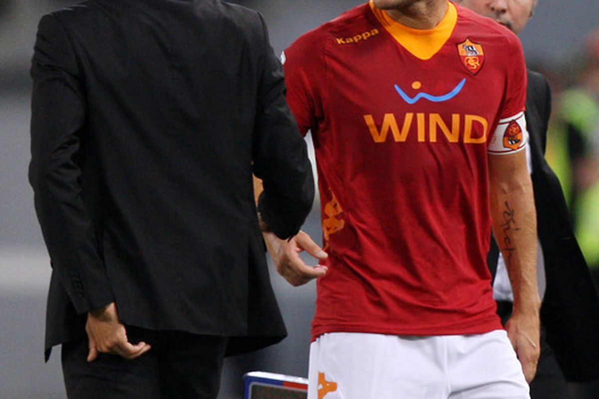 ROME, ITALY - OCTOBER 01: Francesco Totti  (R) Of AS Roma argues with his coach Luis Enrique during the Serie A match between AS Roma and Atalanta BC at Stadio Olimpico on October 1, 2011 in Rome, Italy.  (Photo by Paolo Bruno/Getty Images)