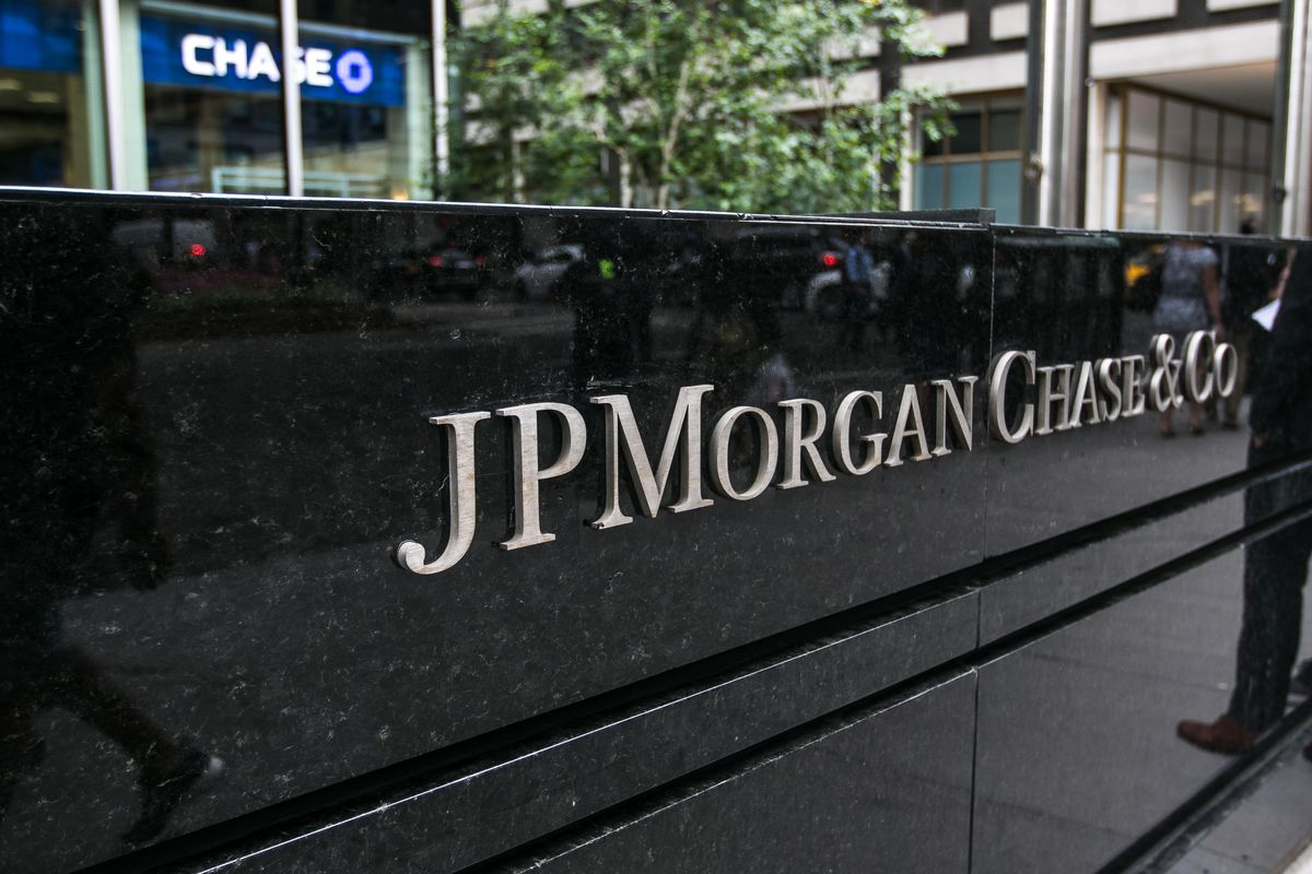 """A black marble block sign reading """"JP MORGAN CHASE & CO"""" in silver letters outside of a Chase bank office building in Manhattan."""