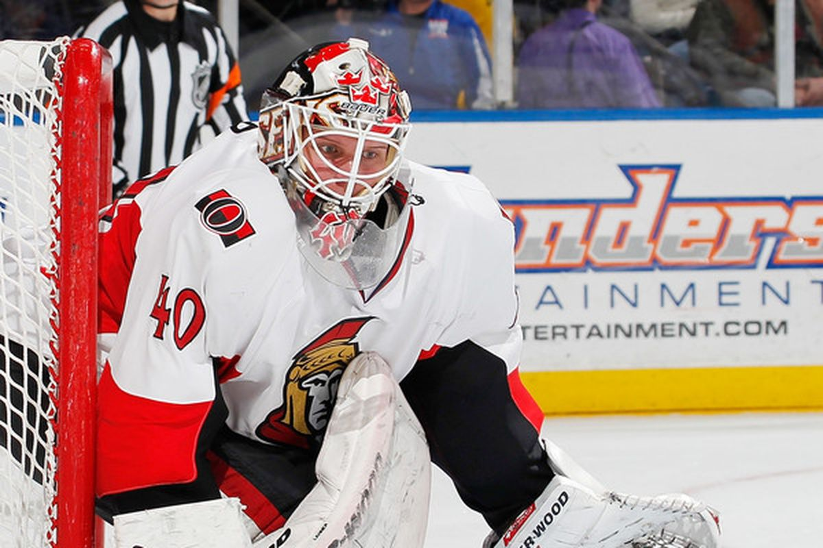 Here's Robin Lehner holding the post correctly.