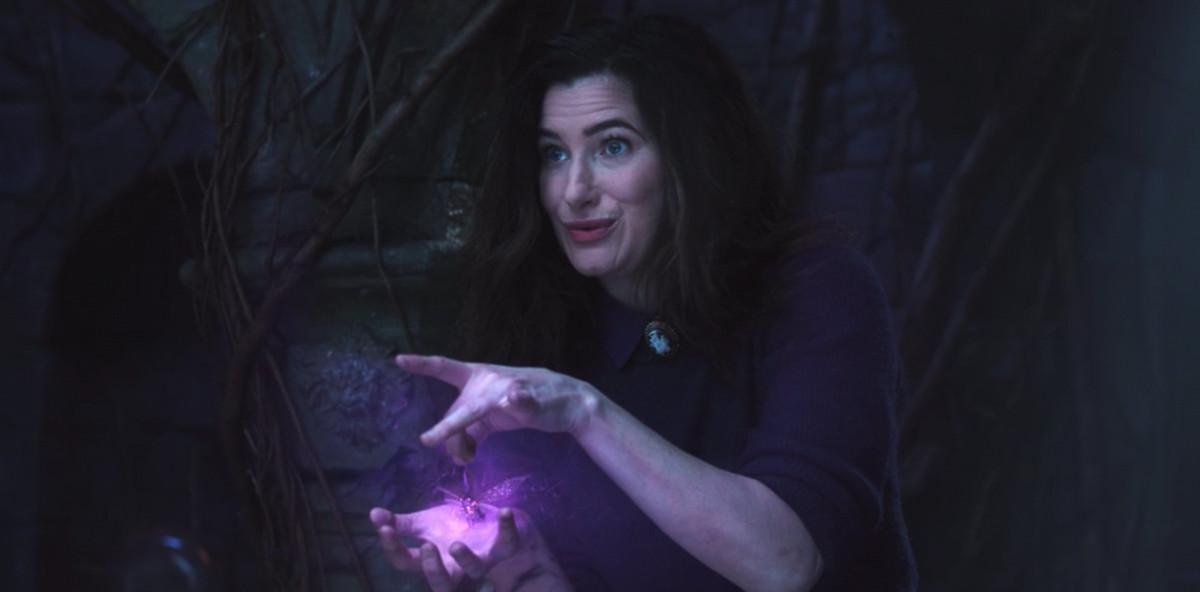 Agatha lanzando un hechizo sobre un error en WandaVision