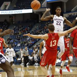 UConn's Terry Larrier (22) dishes a pass to Antwoine Anderson (0).