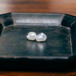 "<a href=""http://satomikawakita.com/collections/earrings/products/e2601p"">Keshi Pearl Stud Earrings</a>, $275"