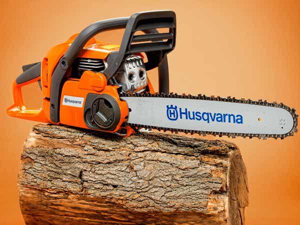 Husqvarna 440 e-16 em um toco de árvore.