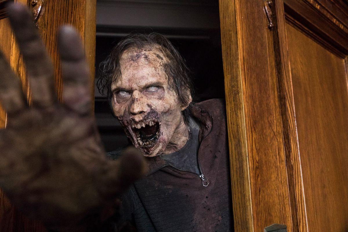 The Walking Dead 901 - a zombie reaches through a door