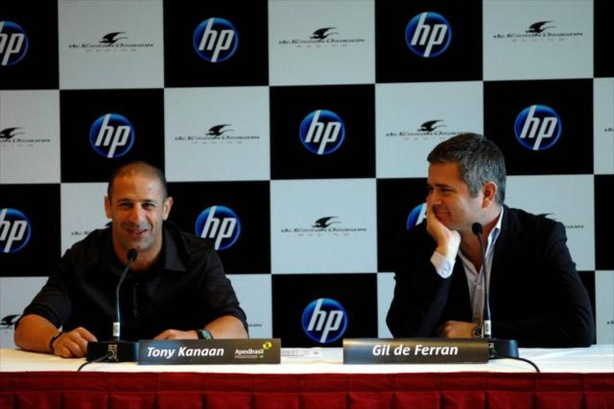 Tony Kanaan and Gil de Ferran announce their partnership for 2011 at a press conference Monday, Dec. 20, 2010. (Photo: IndyCar)
