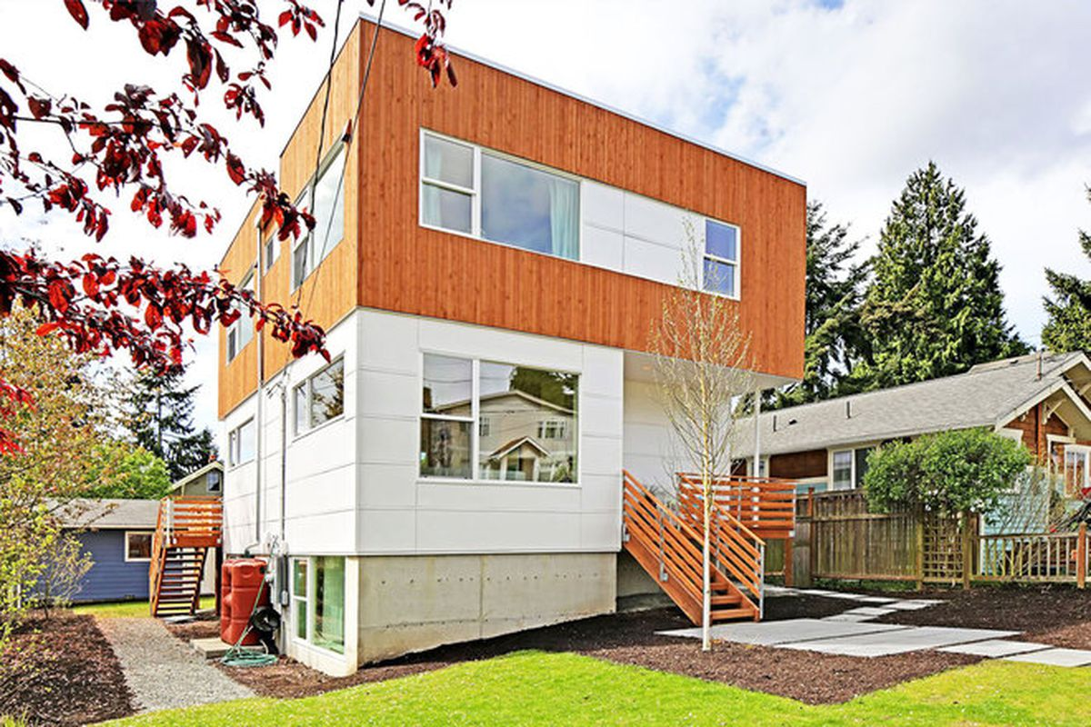 """All photos by Tucker Blair via <a href=""""http://www.dwell.com/house-tours/article/eco-friendly-prefab-assembled-one-day#1"""">Dwell</a>."""