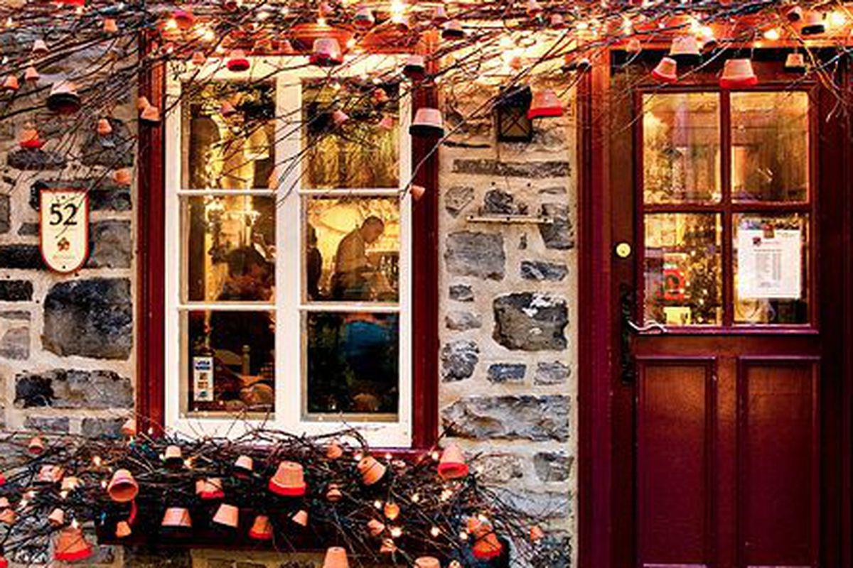 A restaurant in Quebec celebrates Christmas.
