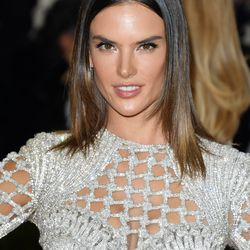 Makeup artist Carolina Gonzalez played up supermodel Alessandra Ambrosio's cheekbones with two contouring products.