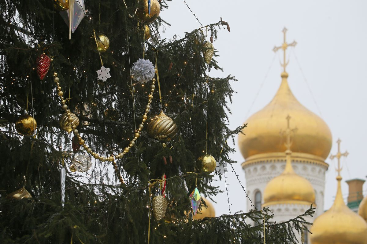 Decorating Christmas tree in Moscow Kremlin