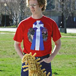 """""""Napoleon Dynamite"""" star Jon Heder waits on the set of a commercial. The ads are targeted at 14- to 24-year-olds \— the fair's demographic."""
