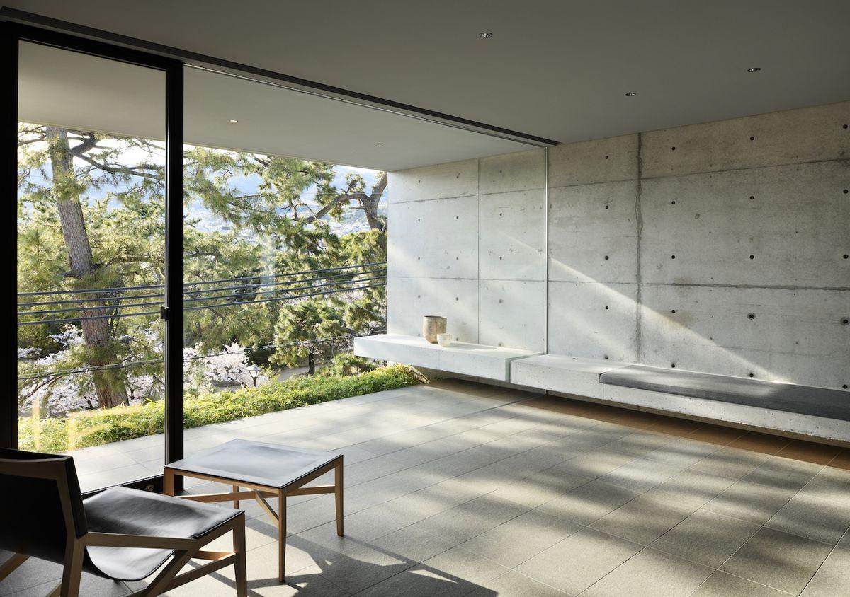 Комната с бетонными стенами и скамейкой, с фильтрованием естественного света внутри,