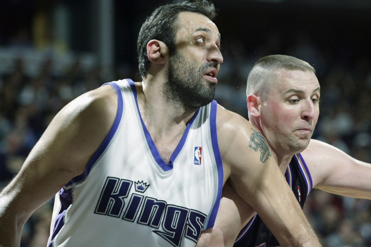 Vlade Divac boxes out Greg Ostertag