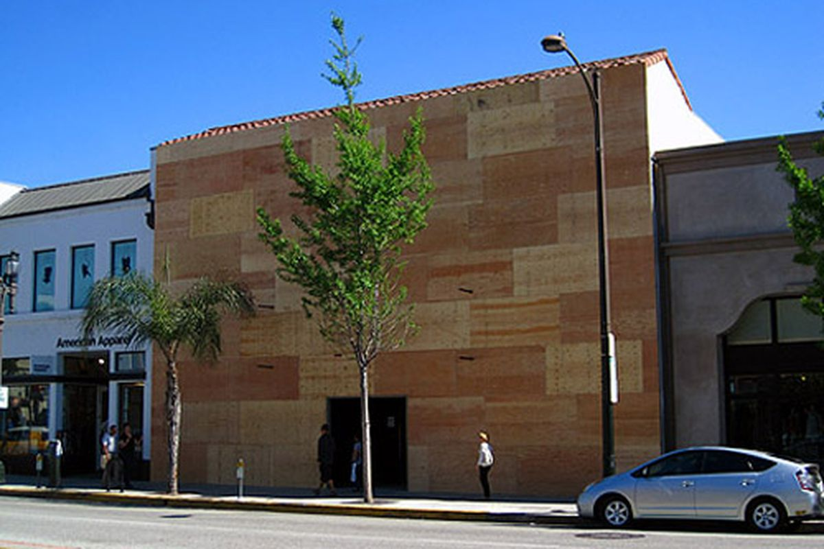 """Apple all boarded up. Photo via <a href=""""http://brighamyen.com/2011/04/28/apple-store-in-old-pasadena-now-boarded-up/"""">Brigham Yen</a>."""