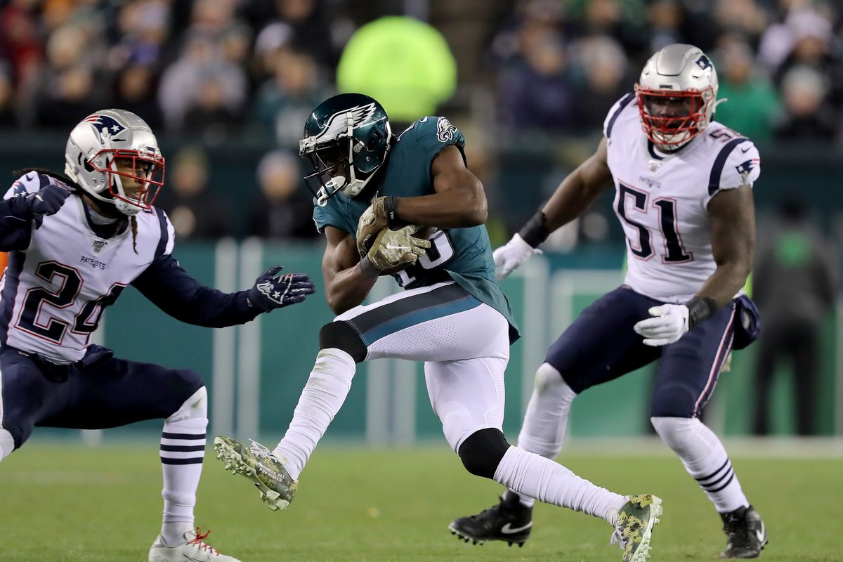 Nelson Agholor of the Philadelphia Eagles makes a catch as Ja'Whaun Bentley and Jordan Howard of the New England Patriots defend at Lincoln Financial Field on November 17, 2019 in Philadelphia, Pennsylvania.