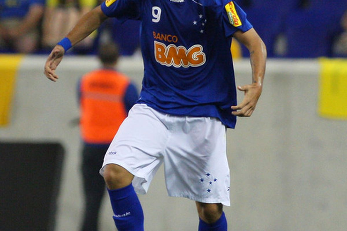 This is Wellington Paulista. He plays for Cruzeiro Esporte Club. This is a different club than Esporte Club Cruzeiro.