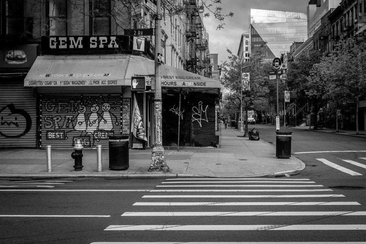 Gem Spa außen mit East Village im Hintergrund sichtbar