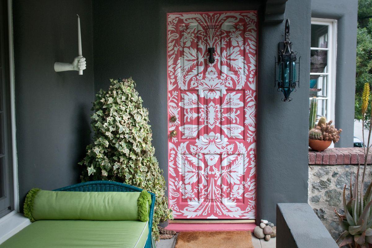 Porta da frente estampada com um padrão de damasco.