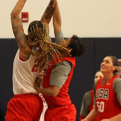 Angel McCoughtry (8) tries to block the shot of Brittney Griner (23).
