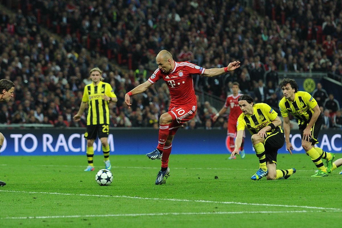 Bayern Munich's Dutch midfielder Arjen Robben (C) scores their second goal past Borussia Dortmund's German goalkeeper Roman Weidenfeller (L) during the UEFA Champions League final football match between Borussia Dortmund and Bayern Munich at Wembley Stadium in London on May 25, 2013, Bayern Munich won the game 2-1.