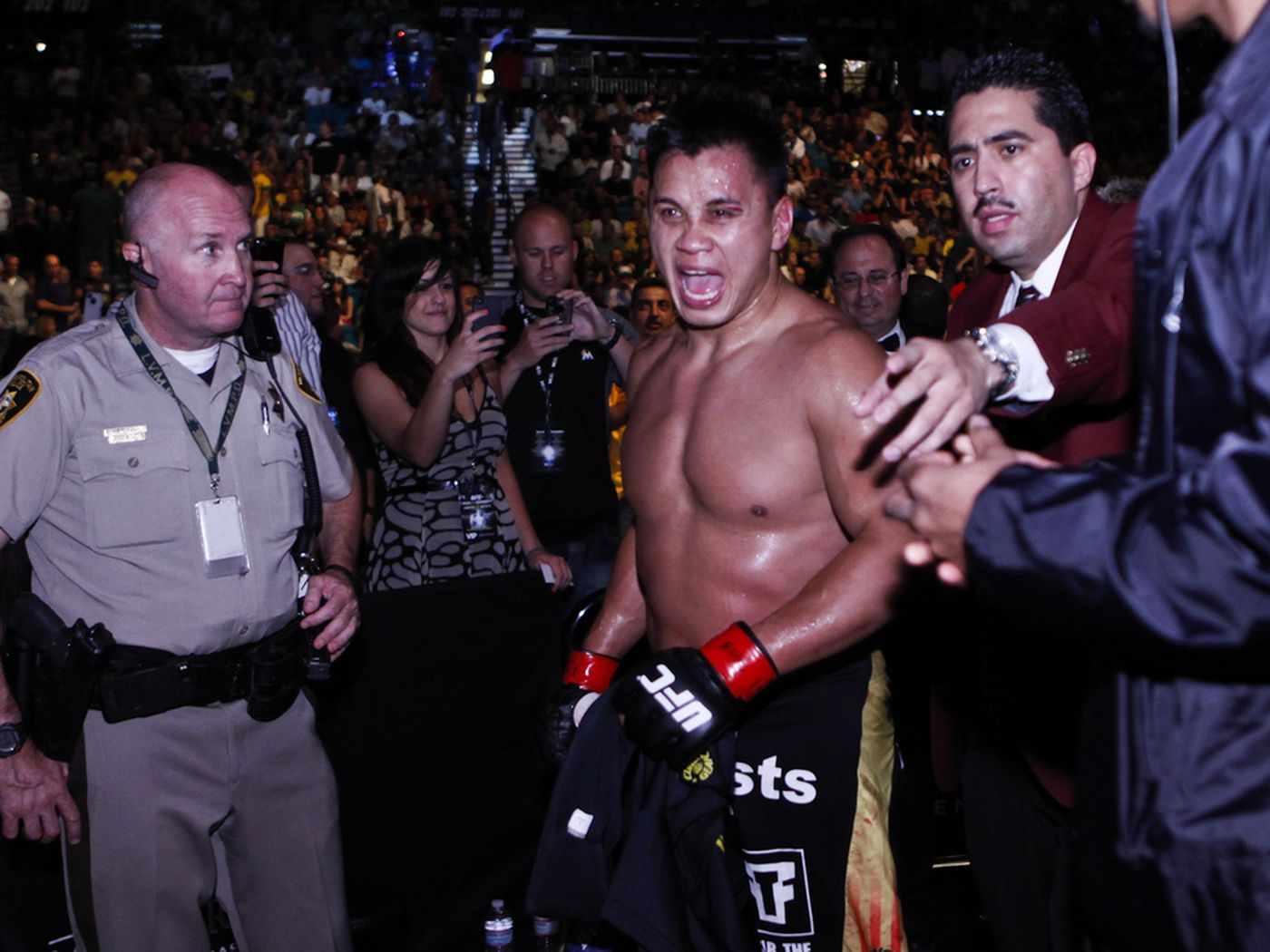 Ufc 148 Results Cung Le Outlasts Patrick Cote Mma Fighting