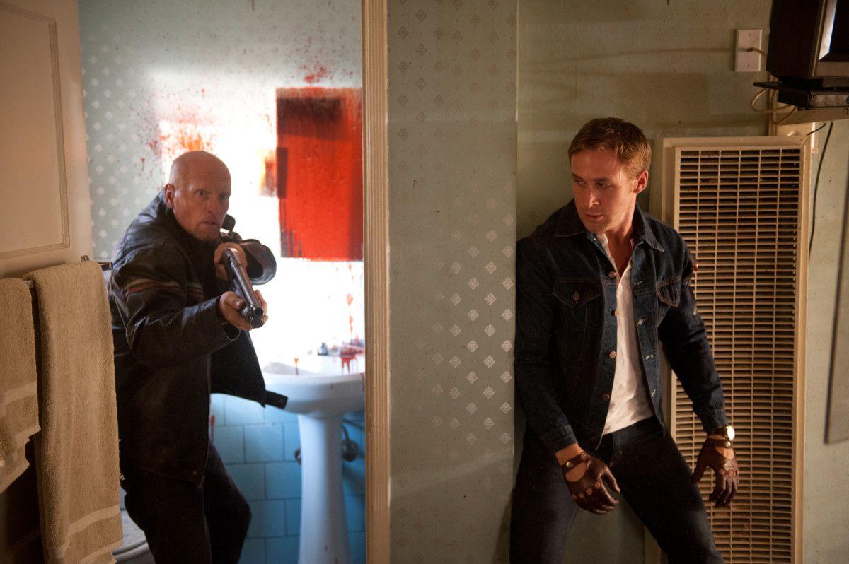 Ryan Gosling como el conductor a punto de tender una emboscada a un pistolero en Drive (2011)