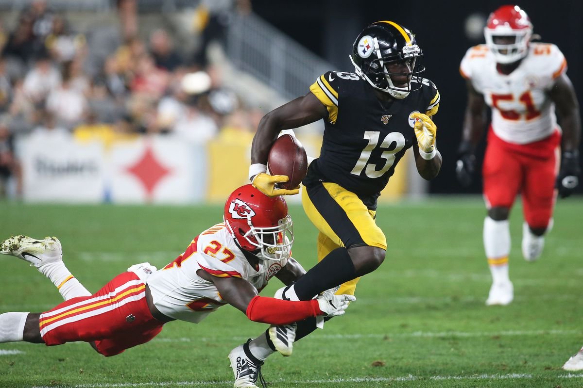 Pittsburgh Steelers wide receiver James Washington runs after a catch as Kansas City Chiefs defensive back Rashad Fenton defends during the third quarter at Heinz Field. The Steelers won 17-7.
