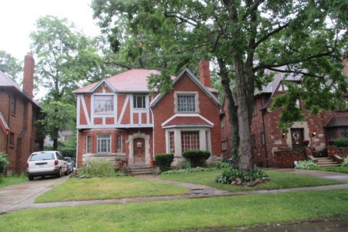 """Photos via <a href=""""http://www.zillow.com/homes/for_sale/Detroit-MI/fsba,fsbo,fore,new_lt/88358930_zpid/17762_rid/featured_sort/42.491339,-82.807045,42.21377,-83.390694_rect/10_zm/0_mmm/?3col=true""""> Zillow</a>"""