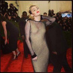 "<a href=""https://twitter.com/Videofashion/status/331567668316471296/photo/1"">Miley</a>"