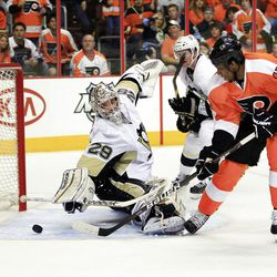 Philadelphia Flyers Wayne Simmonds, right, puts the puck past the reach of  Pittsburgh Penguins goalie Marc-Andre Fleury for a goal during the second period of Game 3 in a first-round NHL Stanley Cup playoffs hockey series, Sunday, April 15, 2012, in Philadelphia. (AP Photo/Tom Mihalek)
